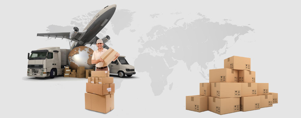Mapa sveta koja prikazuje međunarodnu dostavu. Kurir pakuje pošiljke u kombi, kamion i avion.
